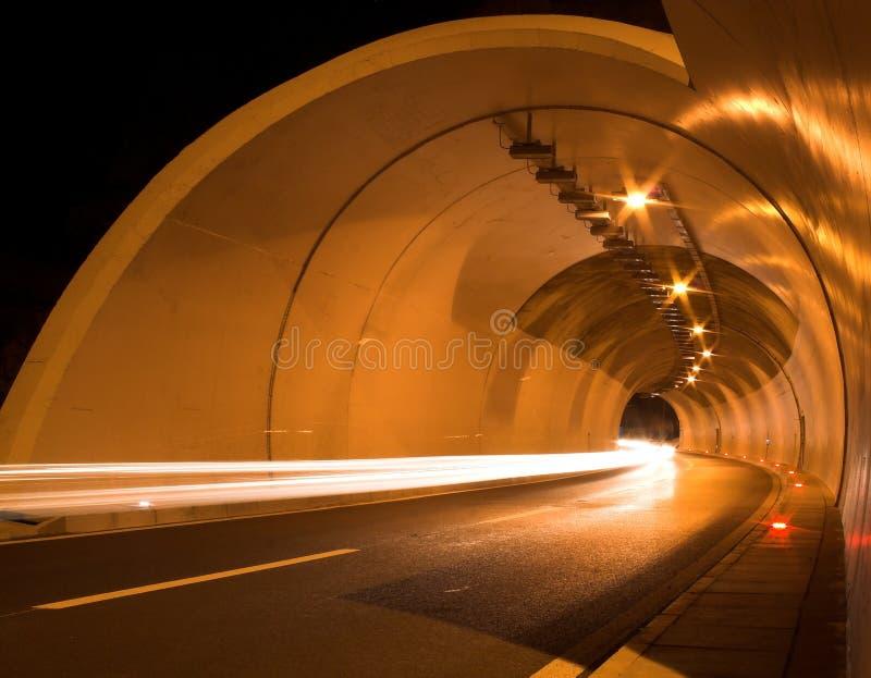 De buis van de tunnel bij nacht stock fotografie