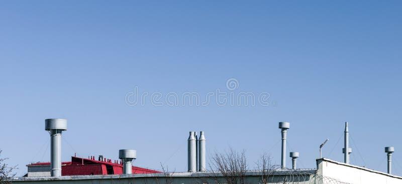 De buitenbuizen van de commerciële airconditioning en ventilatiesystemen stock fotografie