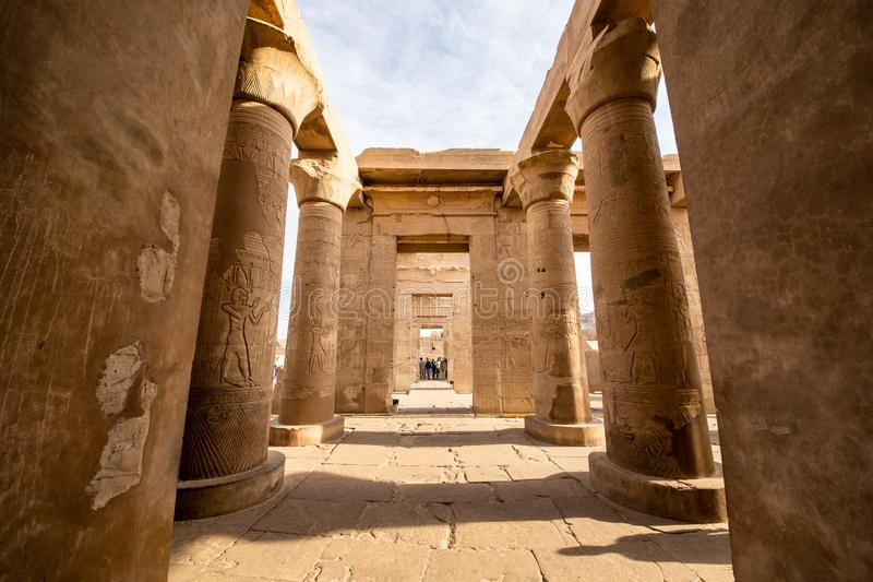 De buitendiekolommen van de Tempel van Kom Ombo in Aswan tijdens de Ptolemaic-dynastie wordt geconstrueerd stock foto's