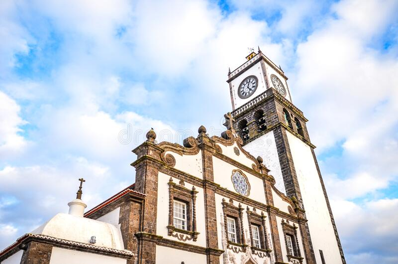 De buitengevel van de St Sebastian Church, Igreja Matriz de Sao Sebastiao, in Ponta Delgada, Azoren, Portugal Witte kloktower stock afbeeldingen