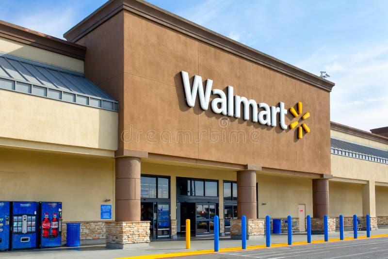 De buitenkant van de Walmartopslag stock foto's