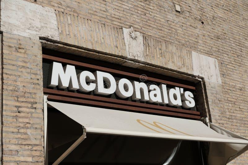 De buitenkant van het McDonald` s restaurant royalty-vrije stock afbeelding