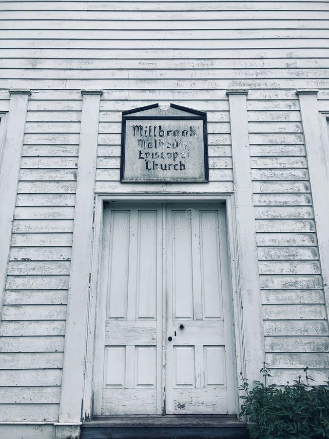 De buitenkant van de kerkhuizen van het Millbrookdorp royalty-vrije stock foto's