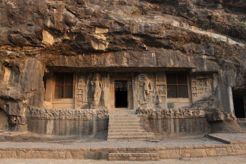De buitenmening van Hol 2, deuropening wordt geflankeerd door reusachtige Bodhisattvas met het samenkomen hierboven dwergen, Boed royalty-vrije stock fotografie