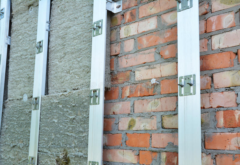 De buitenmuur van de Huisisolatie Huisisolatie & Verminderd Hitteverlies Openlucht voor Energie - besparing stock foto