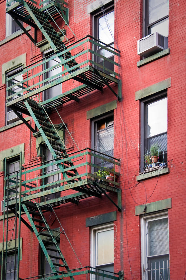 De buitentreden van de metaalbrandtrap, New York stock foto's