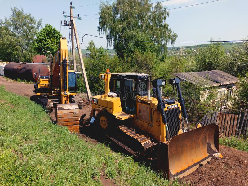De bulldozer en het graafwerktuig wachten op het werk Russische provincie royalty-vrije stock afbeelding
