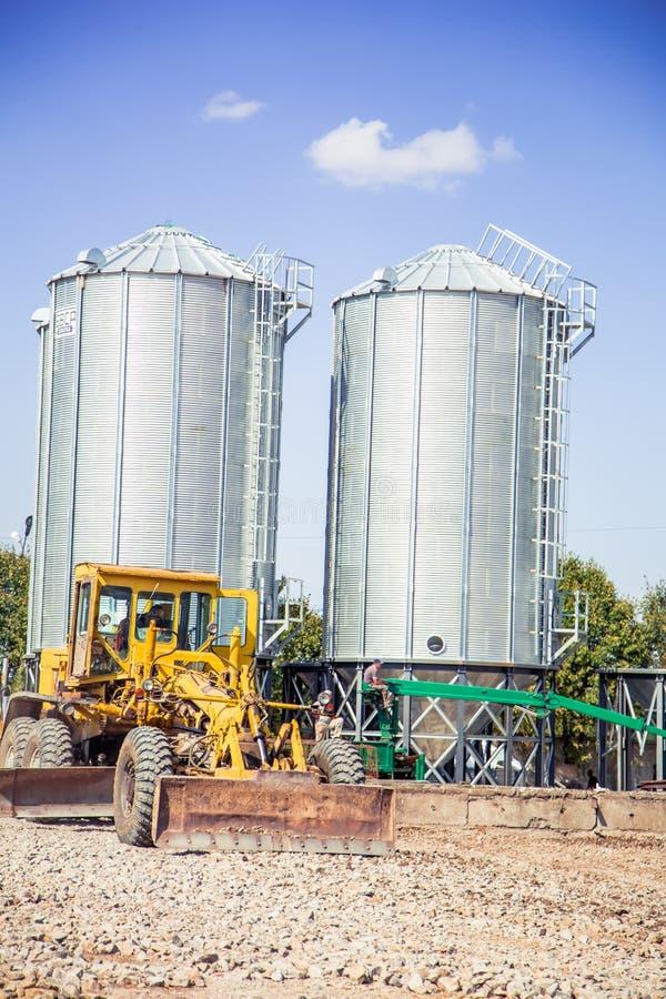 De bulldozer houdt van op een bouwterrein te landen royalty-vrije stock afbeelding