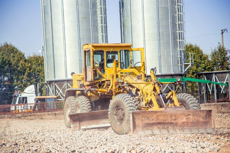 De bulldozer houdt van op een bouwterrein te landen stock fotografie