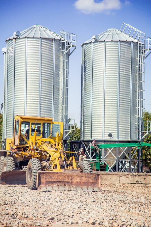De bulldozer houdt van op een bouwterrein te landen stock foto