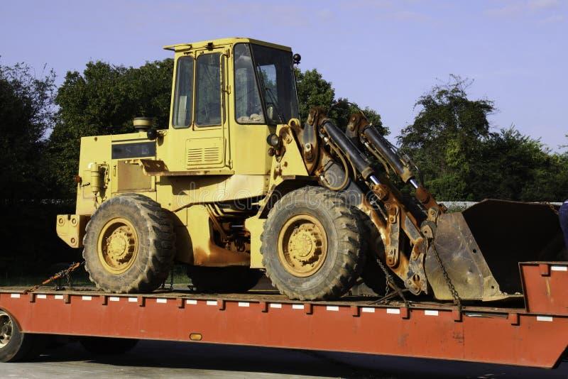 De Bulldozer van de Apparatuur van de bouw op Aanhangwagen stock fotografie