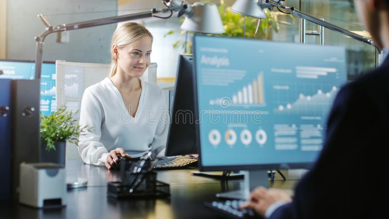 In de Bureau Mooie Onderneemster Working op een Persoonlijke Comp royalty-vrije stock fotografie