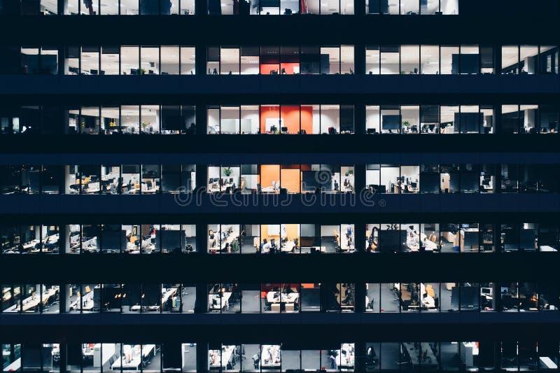 De bureaubouw bij nacht royalty-vrije stock afbeeldingen