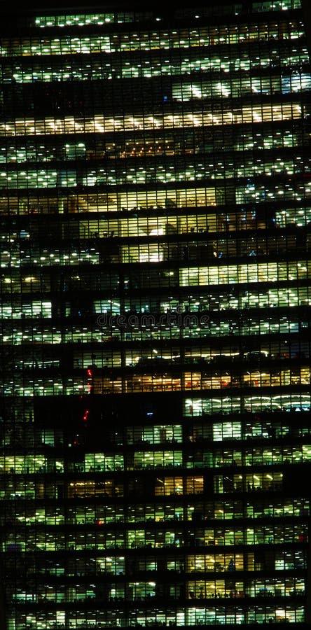 De bureaubouw bij nacht stock foto's
