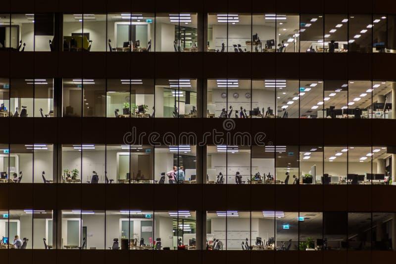 De bureaubouw bij nacht stock fotografie