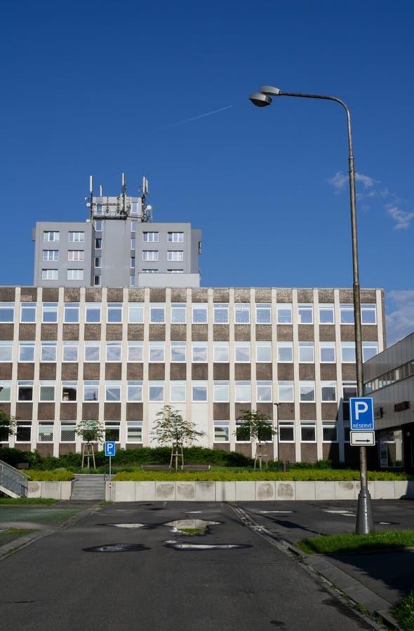 De bureaubouw en flatgebouw - moderne socialistische architectuur in forer Oost-Europa stock foto