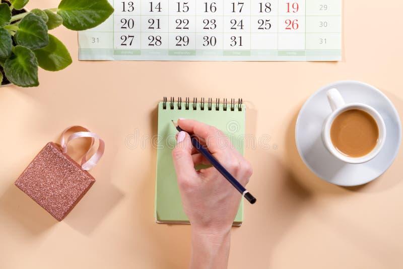 De bureaulijst met lege notitieboekjepagina met vlakke pen Hoogste mening, legt stock fotografie