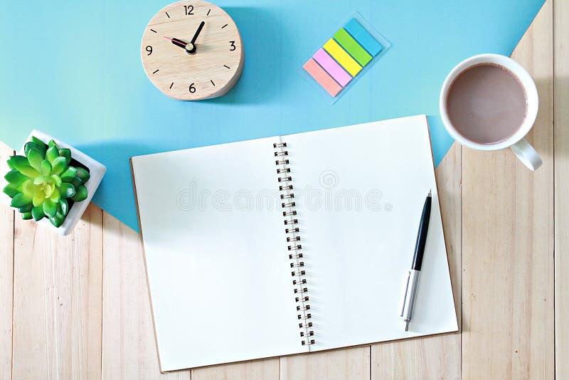 De bureaulijst met open notitieboekjedocument en koffiekop, Hoogste mening of vlak legt met exemplaarruimte klaar voor het toevoe royalty-vrije stock afbeelding