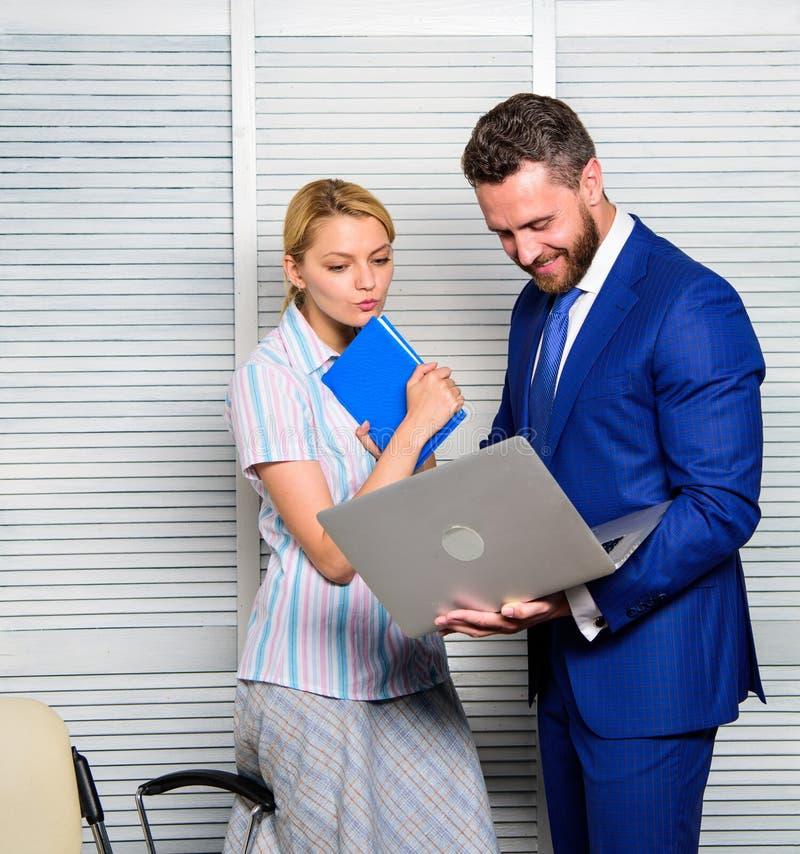 De bureaupartner toont online de statistieken van informatiegegevens Vraag advies van collega Laptop van de zakenmangreep stock afbeelding
