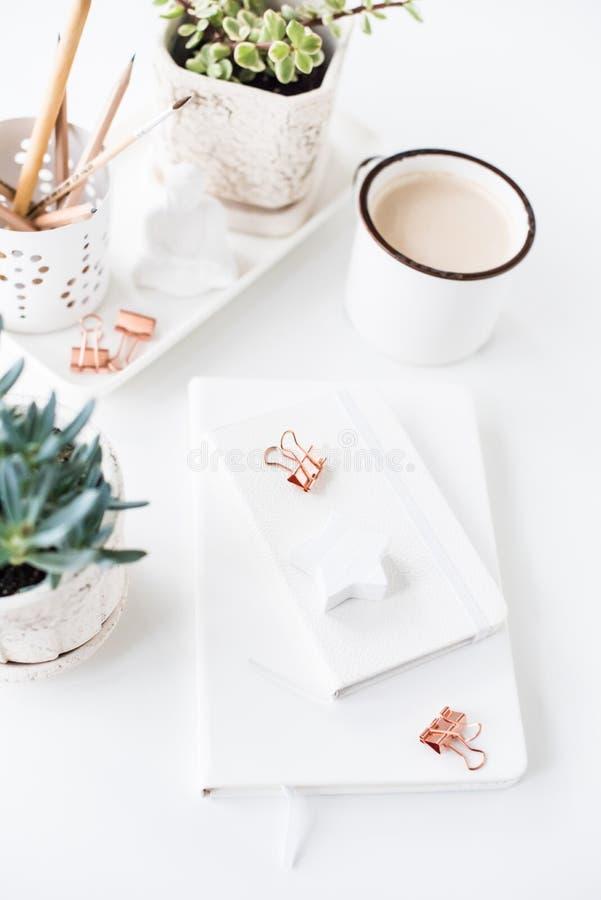 De bureauvlakte legt met schone coffe, blocnotes en succulents, royalty-vrije stock foto's