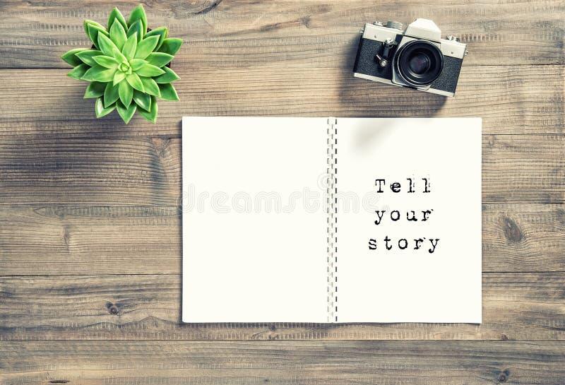 De bureauvlakte legt Open de camera succulent verhaal van de boekfoto stock fotografie