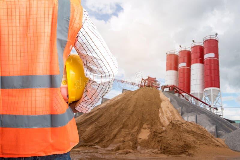 De Burgerlijke bouwkunde controleert het Concrete gieten tijdens commerciële concreting vloeren van de bouw stock foto