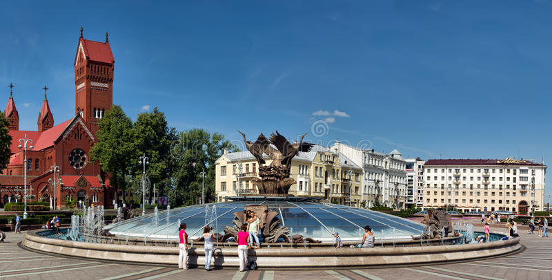 De burgers hebben een rust bij de fontein in Onafhankelijkheidsvierkant in Minsk royalty-vrije stock foto