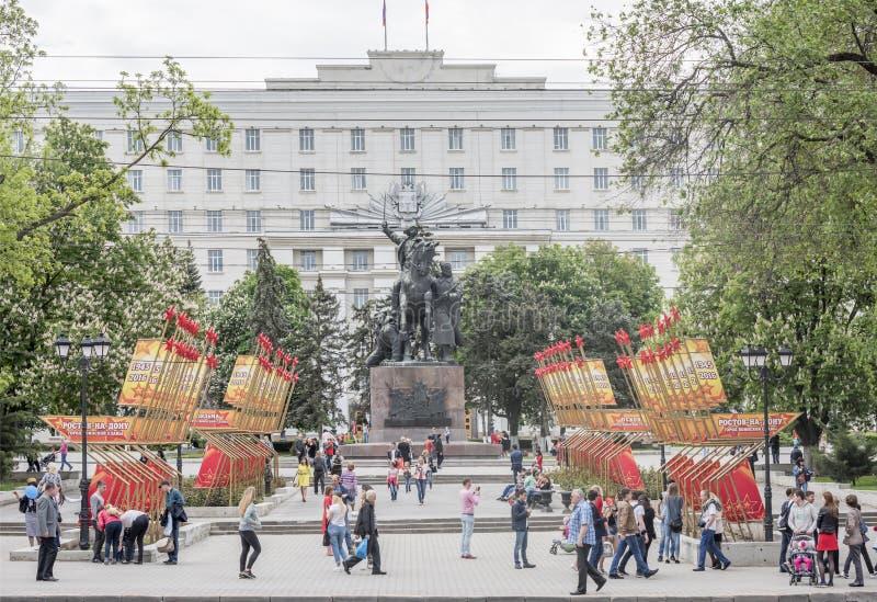 De burgers lopen op Victory Day op 09,2016 Mei binnen rostov-op-aantrekken royalty-vrije stock foto