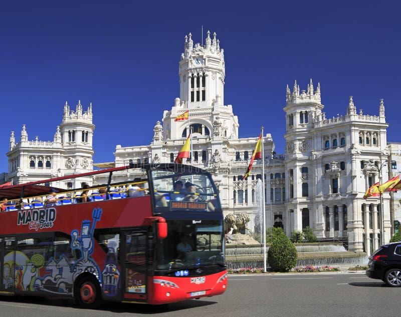 De Bus die van de de Stadsreis van Madrid voor Cybele Palace, Spanje overgaan royalty-vrije stock foto's