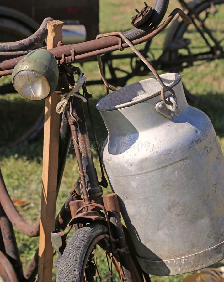 De Bus van de aluminiummelk door landbouwers wordt gebruikt om het cirkelen van verse mi te dragen die royalty-vrije stock afbeeldingen