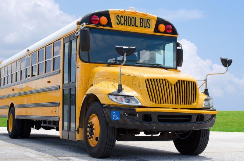 De bus van de school op blacktop stock foto