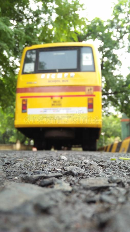 De bus van de onduidelijk beeldschool en oppervlakte van weg royalty-vrije stock afbeeldingen
