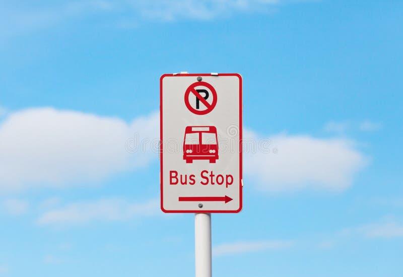 De bushalte en geen parkeren ondertekenen met onscherpe blauwe hemelachtergrond royalty-vrije stock foto's