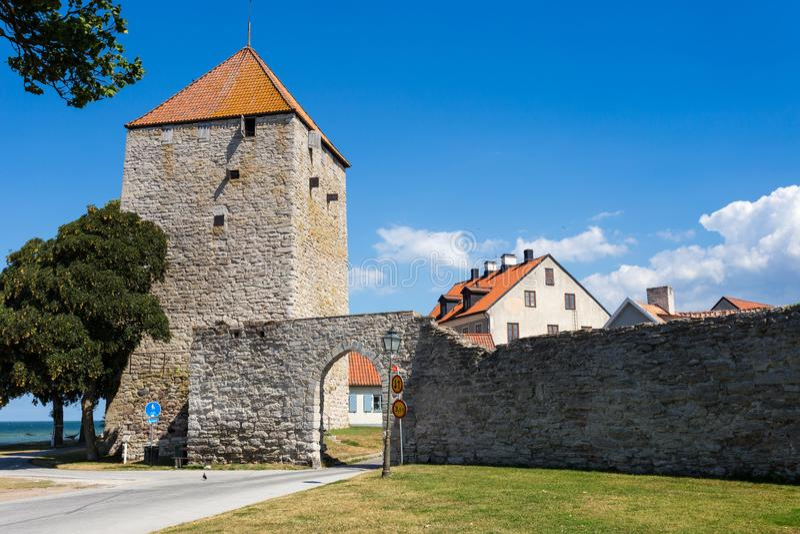 De Buskruittoren in de stadsmuur van Visby stock foto's