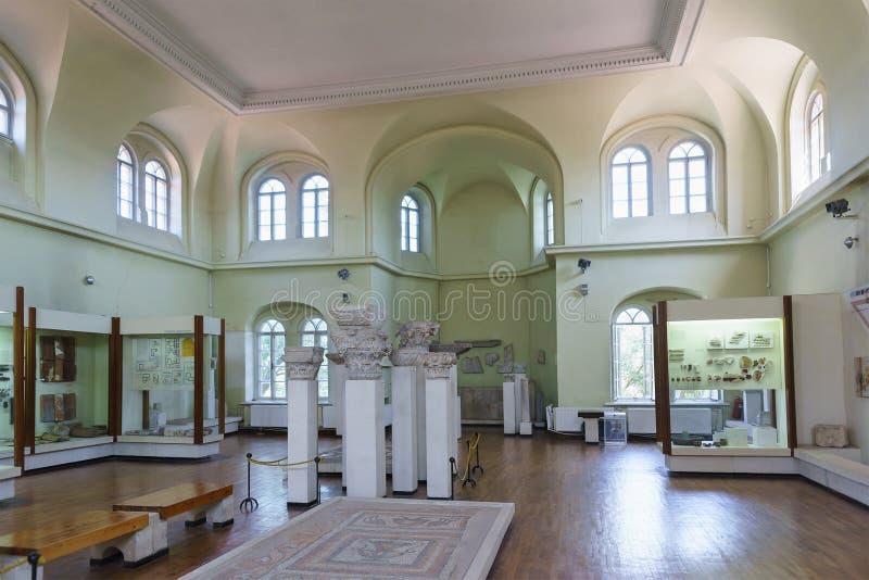 De byzantijnse expositie van de Museumzaal in Chersonesus Tavrichesky met de uitgraving van de oude Griekse stad stock foto's