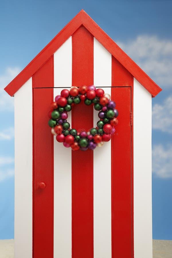 De cabine van de strandopslag met Kerstmisdecoratie op deur royalty-vrije stock afbeeldingen