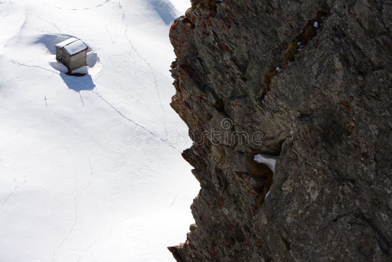 De cabine van het de berghuis van de winter stock afbeeldingen