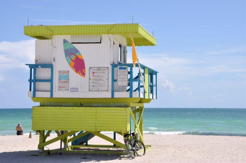 De cabine van Lifegard bij het Strand van Miami stock foto's