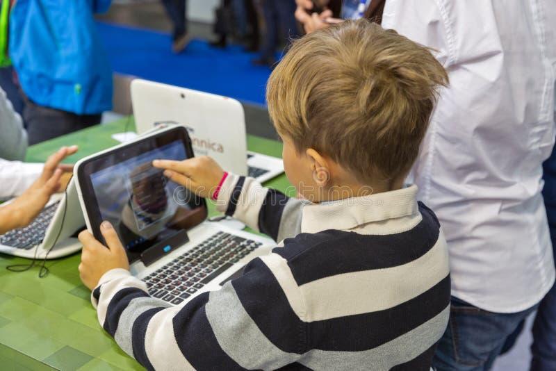De cabine van Microsoft van het jonge geitjesbezoek tijdens EEG 2017 in Kiev, de Oekraïne stock afbeeldingen