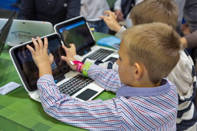 De cabine van Microsoft van het jonge geitjesbezoek tijdens EEG 2017 in Kiev, de Oekraïne royalty-vrije stock foto's