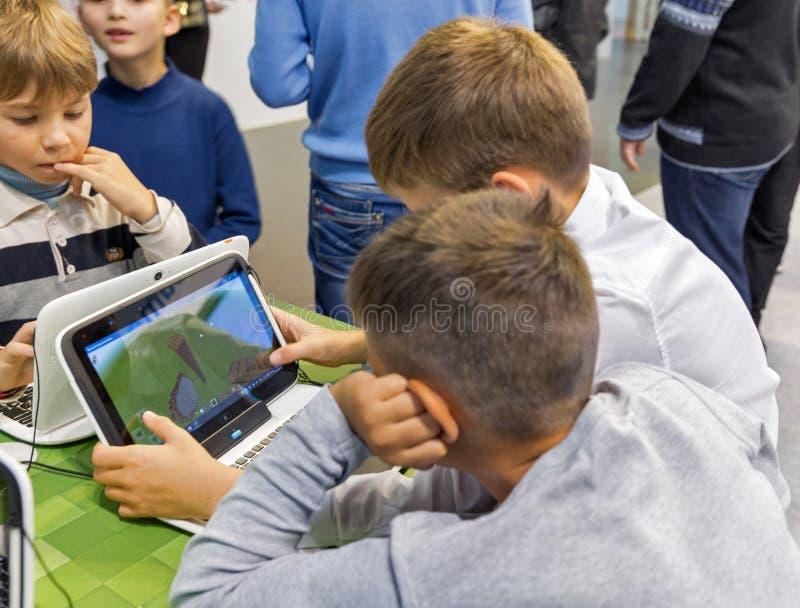 De cabine van Microsoft van het jonge geitjesbezoek tijdens EEG 2017 in Kiev, de Oekraïne stock foto