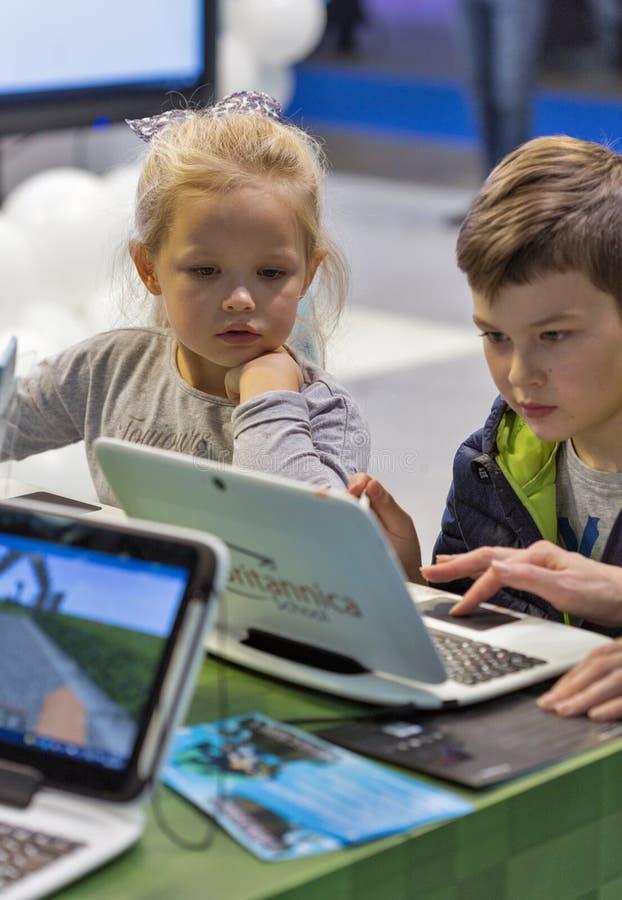 De cabine van Microsoft van het jonge geitjesbezoek tijdens EEG 2017 in Kiev, de Oekraïne royalty-vrije stock afbeeldingen