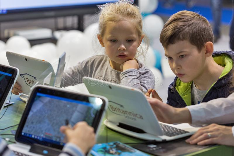 De cabine van Microsoft van het jonge geitjesbezoek tijdens EEG 2017 in Kiev, de Oekraïne stock fotografie