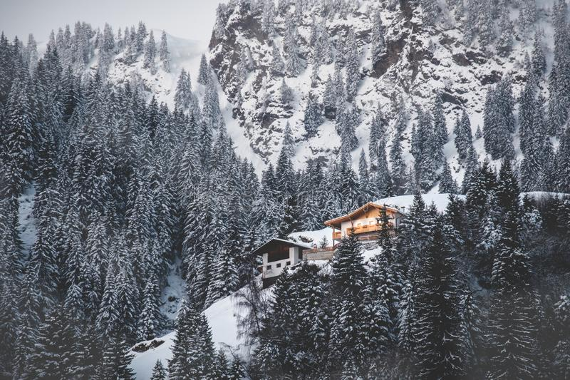 De cabine verlicht behandelde sneeuw de berg eerste lichte dageraad van vallei nevelige sparren royalty-vrije stock afbeelding