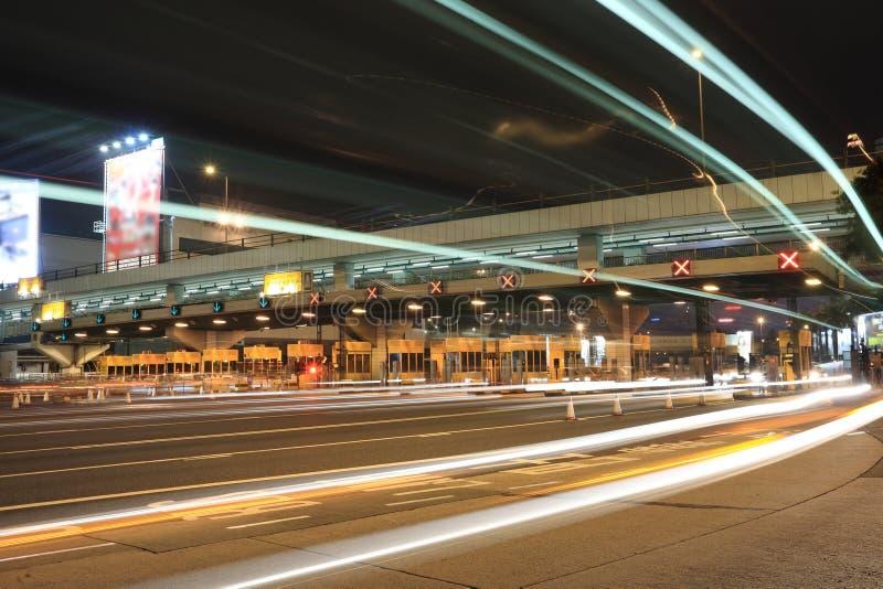 De cabines van de tol met autolicht stock afbeeldingen