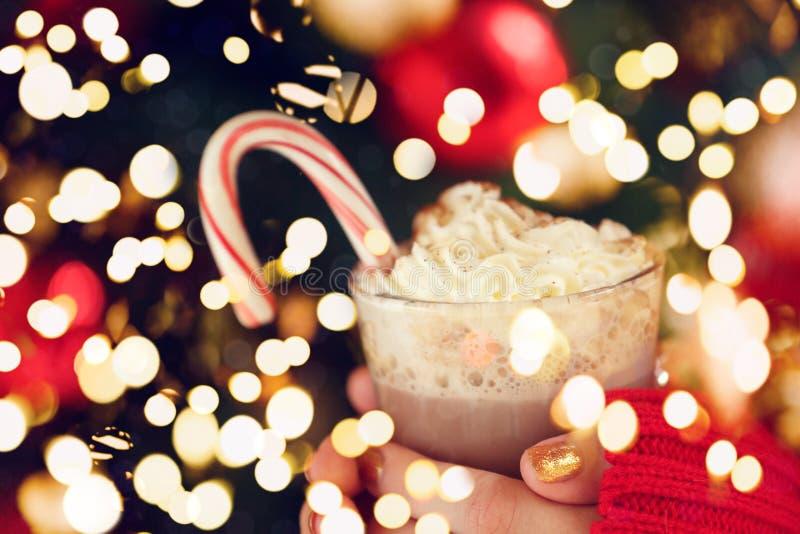De cacao van de meisjesholding met slagroom en pepermuntsuikergoedriet Het concept van de Kerstmisvakantie De achtergrond van de  royalty-vrije stock foto's