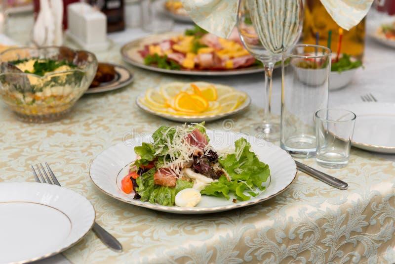 De Caesarsalade met gebraden vlees, bacon, ei, croutons en sla gaat weg stock fotografie