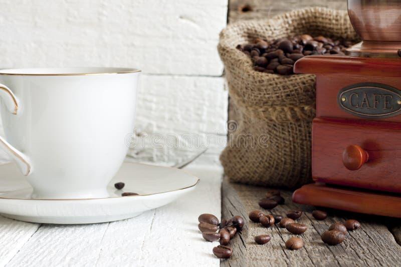 Download Feijões e moedor de café foto de stock. Imagem de original - 29842696