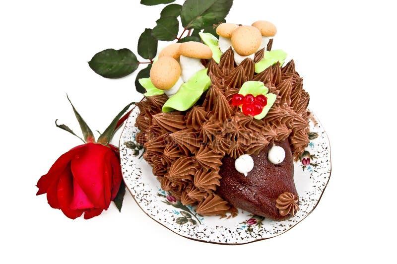 De cake in de vorm van een egel met nam toe stock fotografie