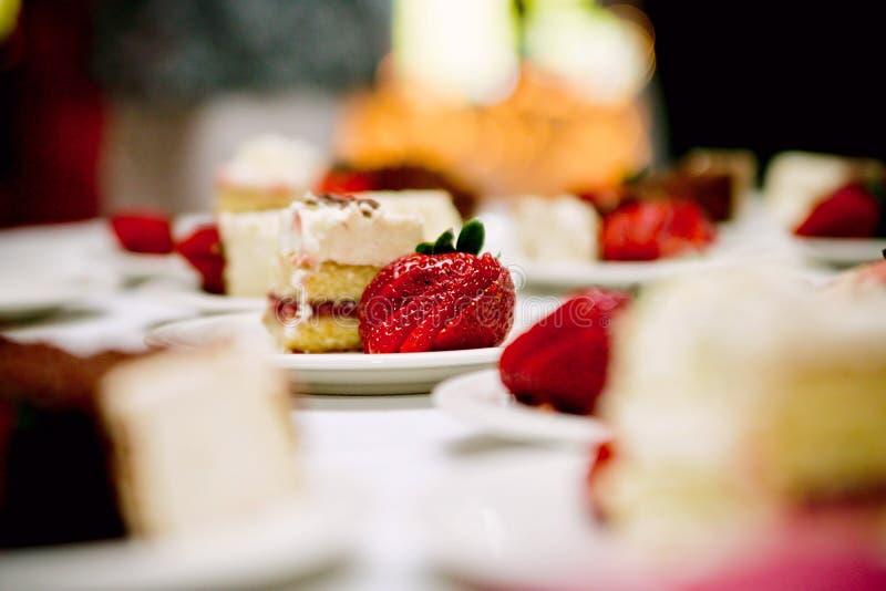 De cake en de bes van het huwelijk stock afbeeldingen